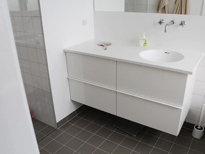 Filt på fliser i badeværelse – Lufting mellom isolasjon og undertak